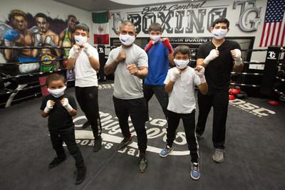 Christian Escamilla, que realiza trabajo voluntario como entrenador y mentor de boxeo, enseñando a los niños a tener una vida significativa y saludable fuera de las calles. (PRNewsfoto/Mucinex)